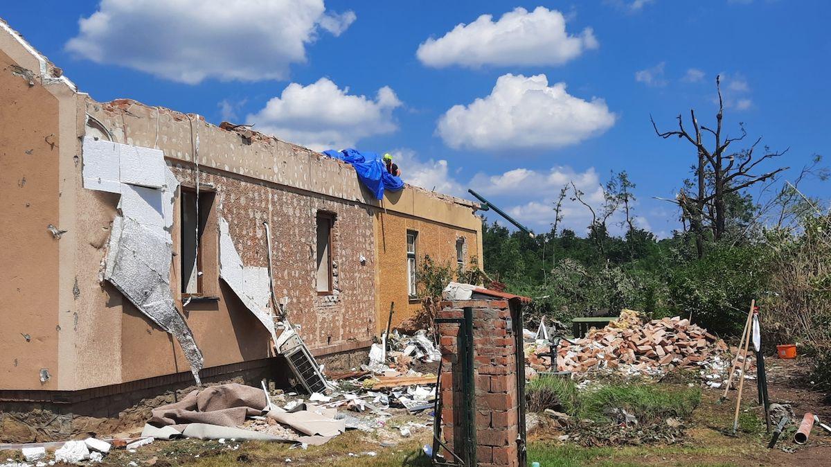 Čtvrt roku po tornádu žije rodina stále v jednom pokoji