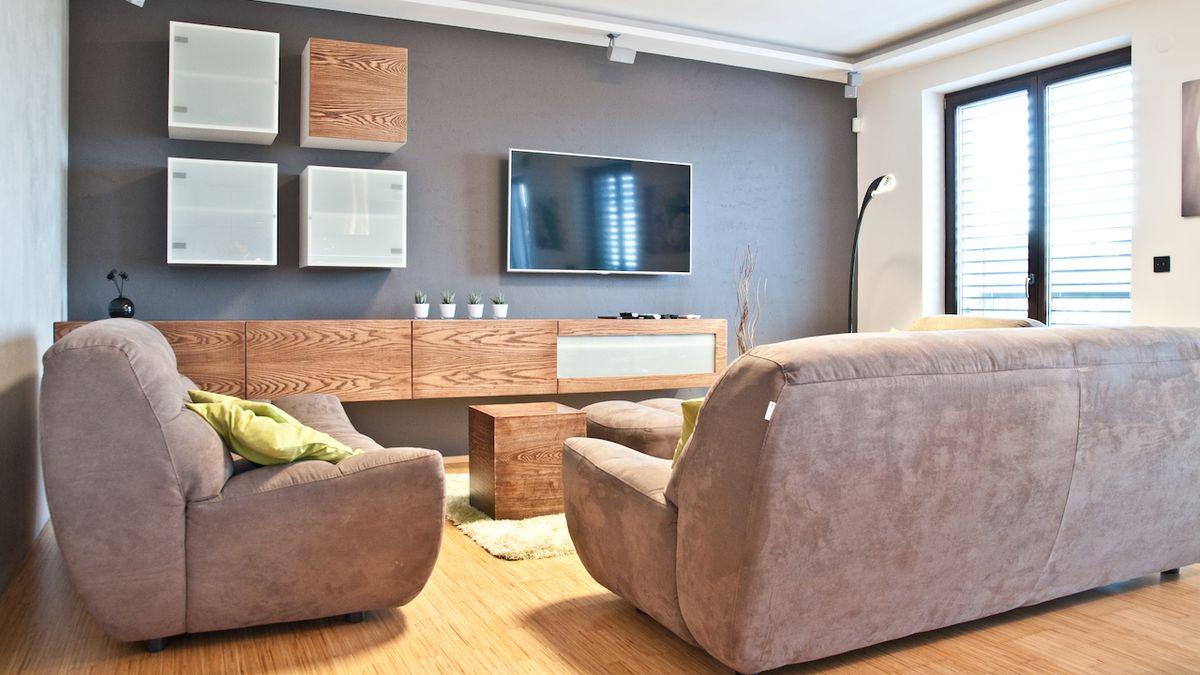 Jedním z hlavních prvků bytu pro mladou rodinu se stalo dřevo