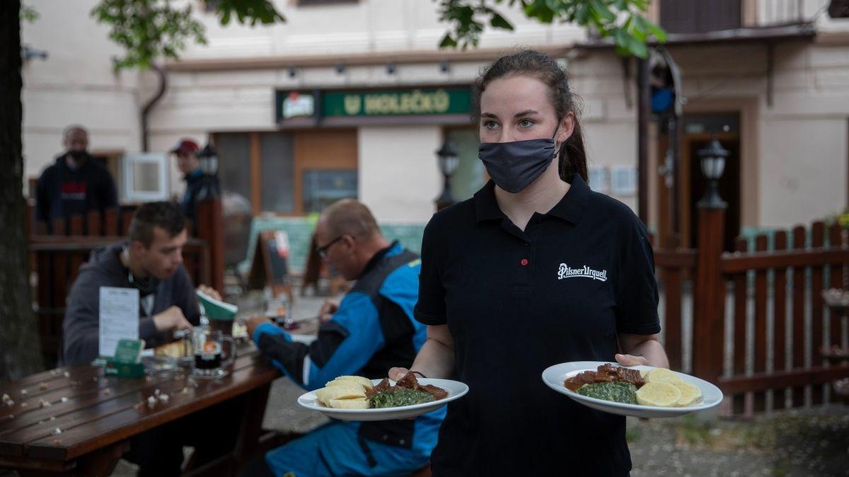 Zahrádky jsou otevřené už druhý týden, jídlo ale Čechy příliš netáhne