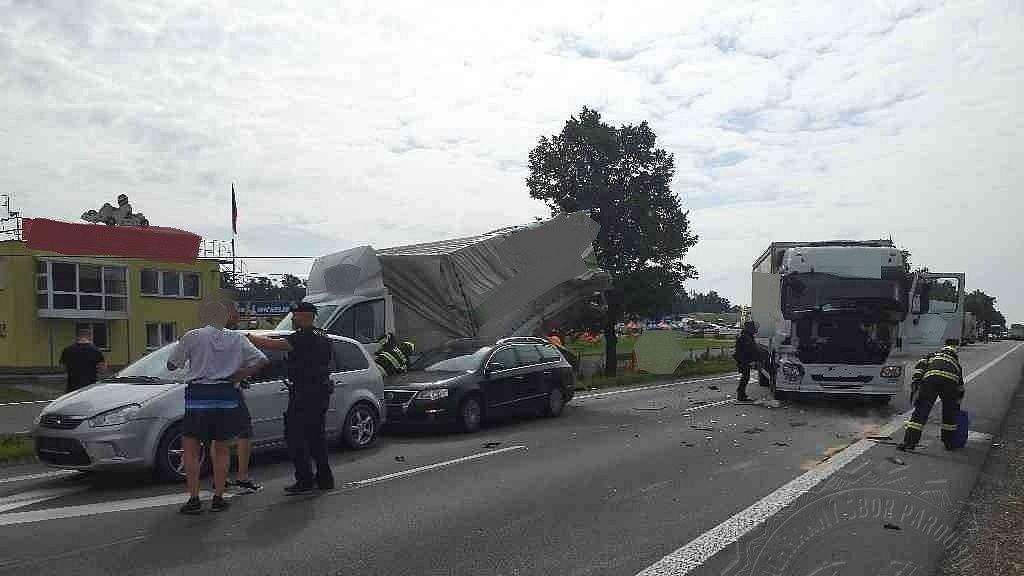 Pět aut v sobě zastavilo provoz na frekventované silnici v Pardubickém kraji