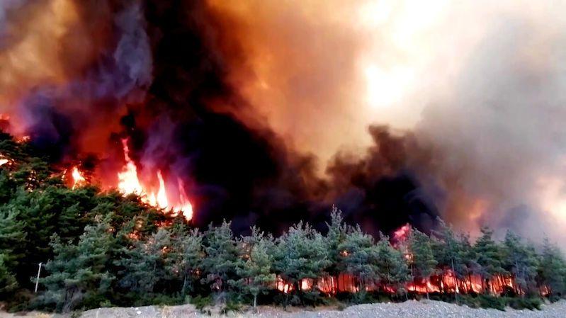 Z tureckých letovisek evakuují turisty, ohrožují je požáry