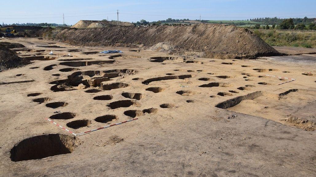 Archeologové si z okolí chystané D1 odvezli přes tisíc beden. Nalezli šperky, pece i zlomek trůnu