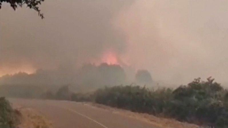 Sardinie v plamenech. Požár už vyhnal z domovů přes 1500 lidí