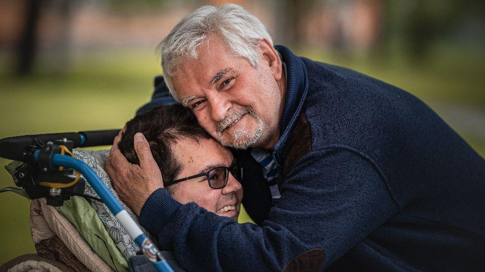Ve stáří se stará o nemohoucího syna i manželku. Dary čtenářů Novinek dávají rodině naději na lepší život