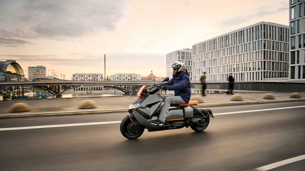 BMW zhmotňuje koncept elektrického skútru. Model CE 04 vypadá jako ze sci-fi