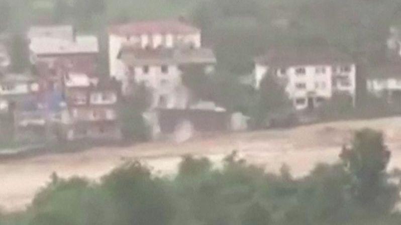 Při záplavách v Turecku se zřítil do řeky celý dům. Zachytila to kamera