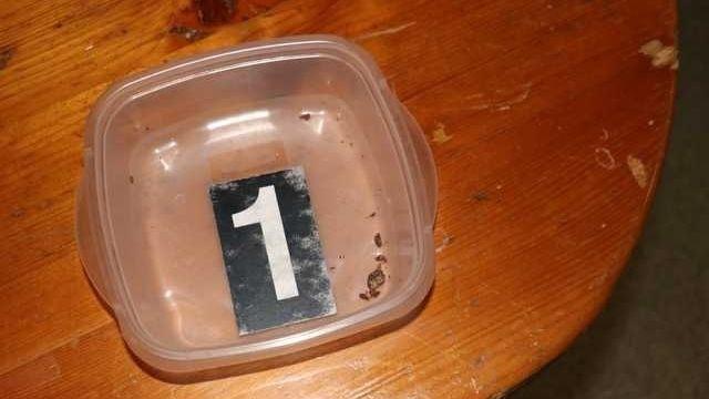 Muž přinesl na večírek v Tachově marihuanové koláčky. Tři ženy odvezla sanitka