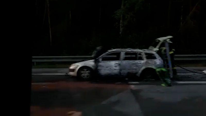 Na D1 hořelo auto, někteří řidiči v koloně couvali