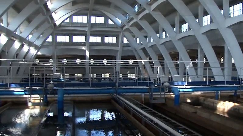 Pražané mohou opět pít vodu z Vltavy. Podolská vodárna ji čistí pískem i uhlím