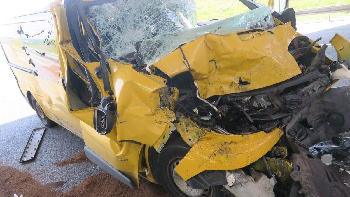 Vyháněl z kamionu vosu a narazila do něj dodávka. Její řidič zemřel