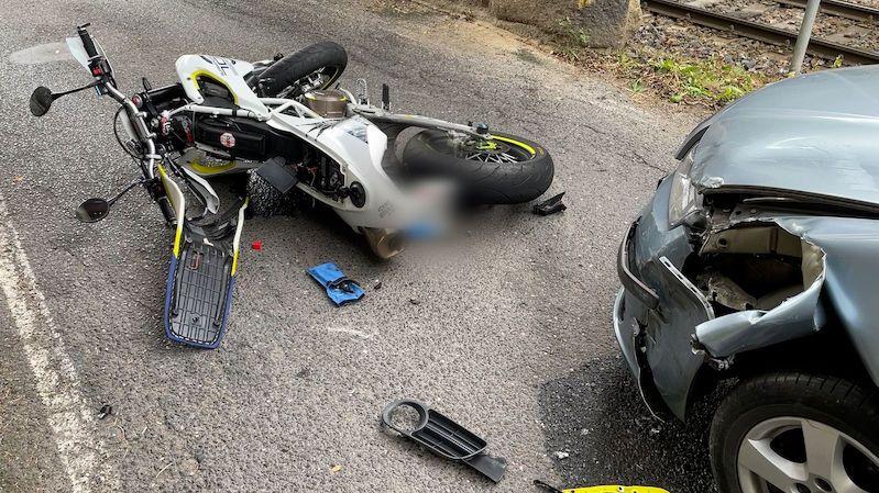 Motorkář se na Kladensku srazil s autem. Kvůli přistání vrtulníku nejezdily vlaky