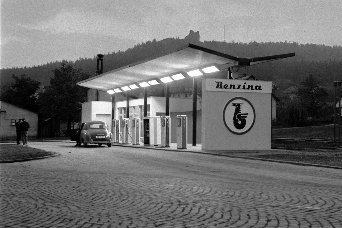 Čerpací stanice Benzina v Přimdě na Tachovsku v roce 1964.