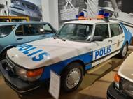 Policejní vůz je založen na prodlouženém modelu Saab 900 T16 CD.