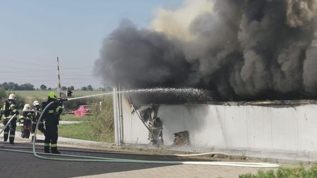 Požár skladu v Čelákovicích