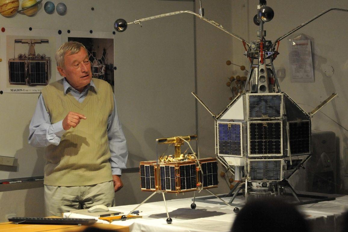 Hlavní konstruktér projektu družic Magion Jaroslav Vojta (na snímku z roku 2012) s originálními družicemi Magion 1 (malá) a Magion 2 (větší)