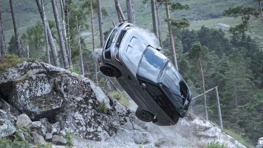 Při natáčení nové bondovky padlo i několik Range Roverů SVR za miliony
