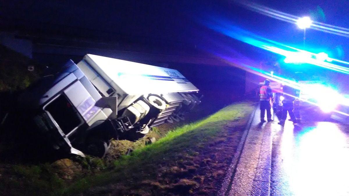 Na D7 se převrátil kamion, dálnice je uzavřena