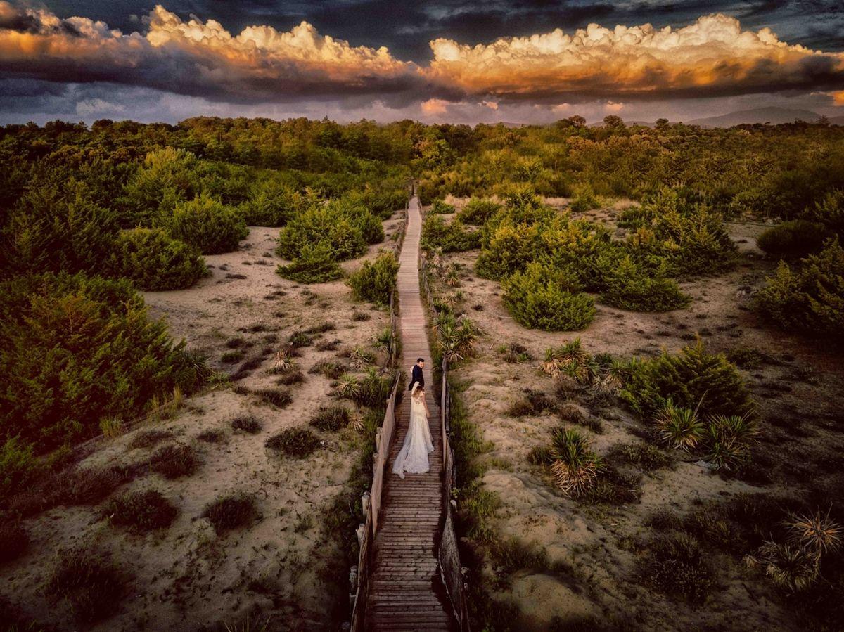 Společně s tebou k nekonečnu (Itálie) - Vítěz kategorie Svatba. Marina di Pisa, pozdně letní večer při západu slunce. Autor spatřil oblohu a rozhodl se do obrazu umístit novomanžele na své cestě plné lásky.