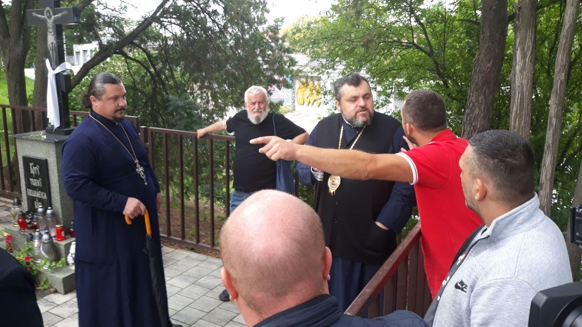 """V brněnském chrámu se zavřel """"zakázaný kněz"""". U sporu věřících asistovala policie"""