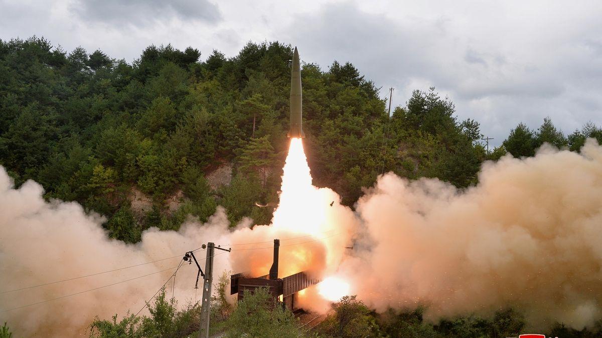 KLDR přitvrzuje. Záběry ukazují odpálení balistické rakety z vlaku