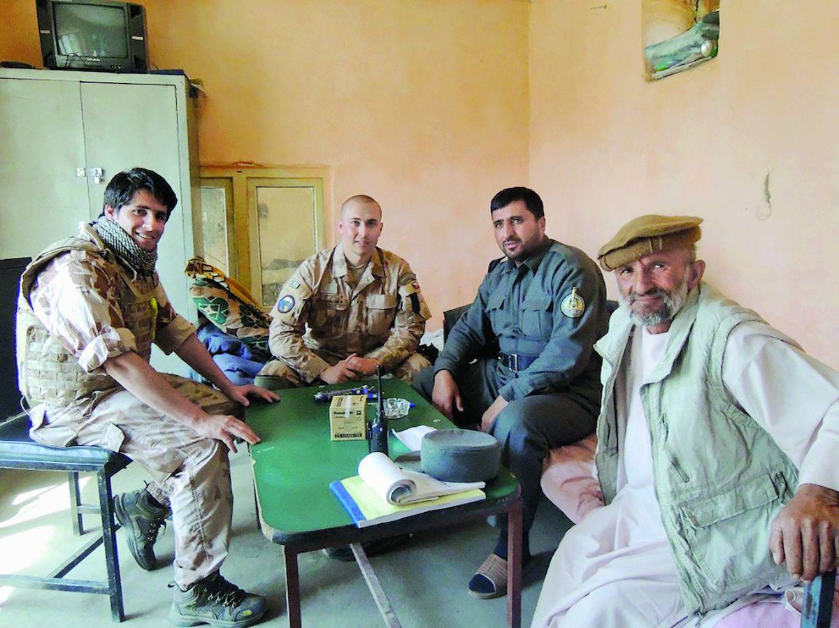 S kapitánem Konvalinkou (druhý zleva) zasedl velitel stanice Afghánské národní policie (po jeho levici).