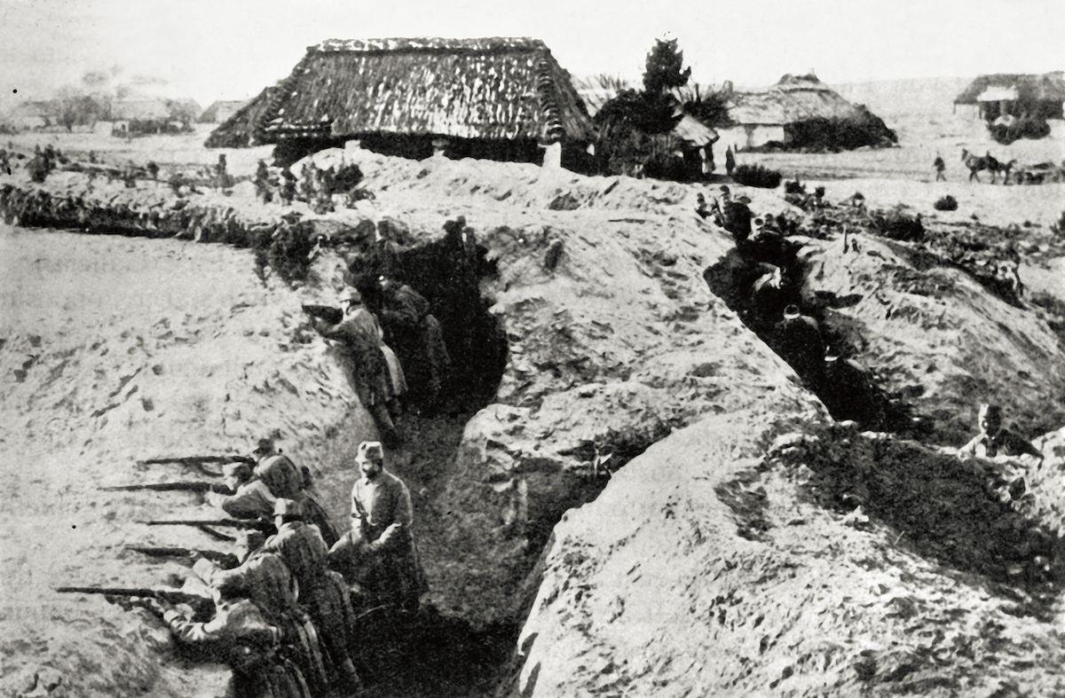 """Někteří vojáci se """"pro kus žvance """" odvážili vylézt ze zákopů i do přímé palby. Nedbali na tresty a pojídali """"zakázané konzervy """" - železnou zásobu. Rakouská pěchota, 1915."""