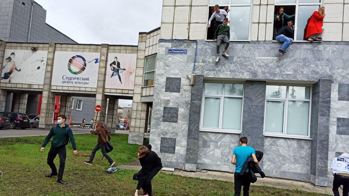 Střelba na permské univerzitě si vyžádala osm mrtvých, studenti vyskakovali z oken