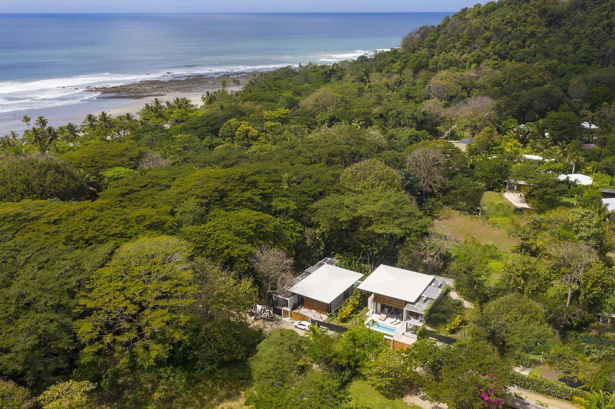 Dvojice domků na jednom pozemku má velmi podobné uspořádání.