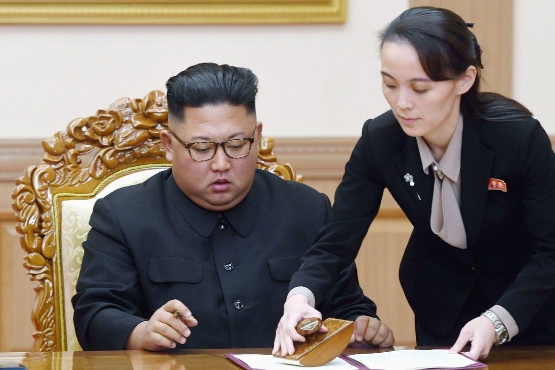 Severokorejský vůdce Kim Čong-un se svou sestrou a blízkou poradkyní Kim Jo-čong na snímku z roku 2018