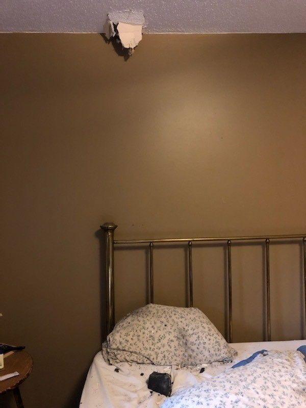 Meteorit proletěl stropem a dopadl Kanaďance přímo do postele.