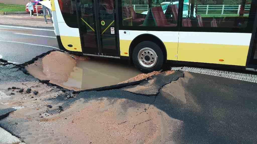 Pod autobusem v Mostě se propadla silnice