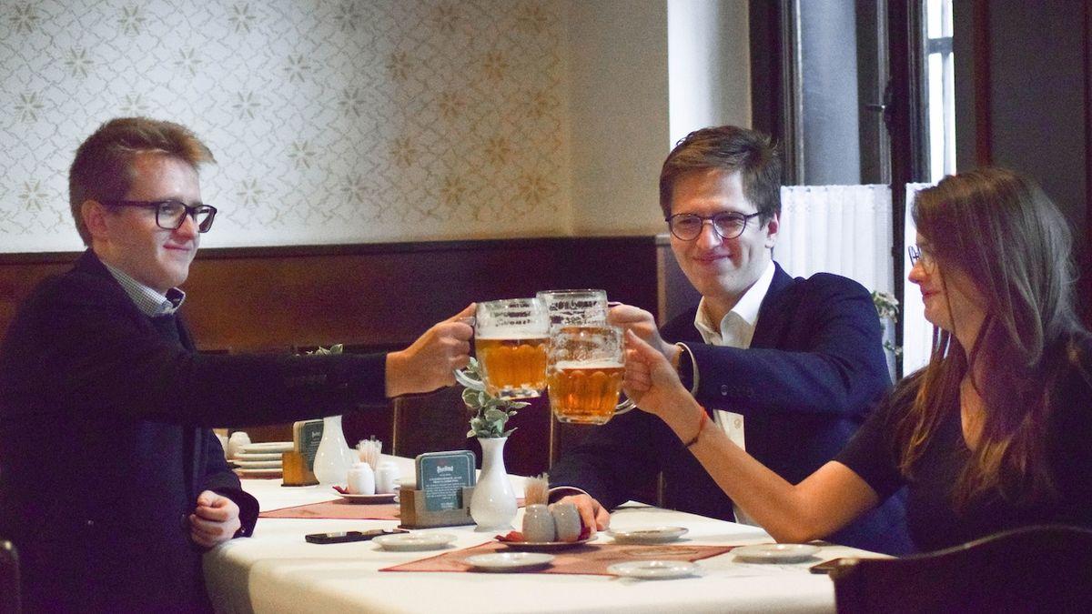 V brněnském štábu koalice SPOLU, který vznikl v restauraci U Semináru, připily na úspěch Petra Fialy jeho děti Jirka, Martin a Klára.