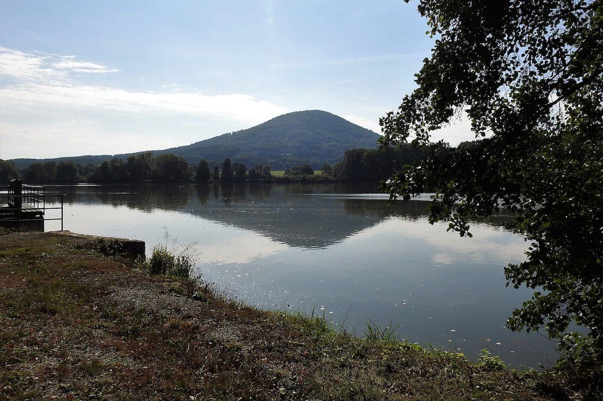 Dolanský rybník s vrchem Vlhošť