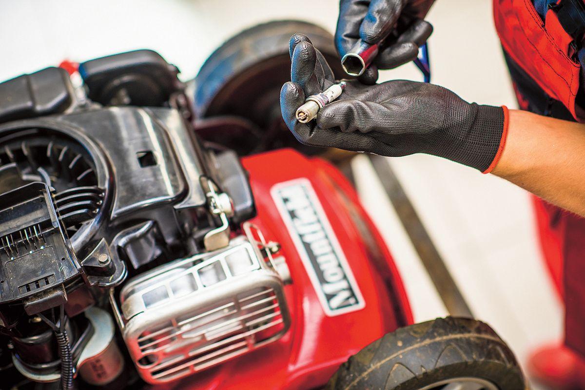 Benzínová sekačka potřebuje před zimou důkladný servis. Jen tak vám bude na jaře opět dobře sloužit.