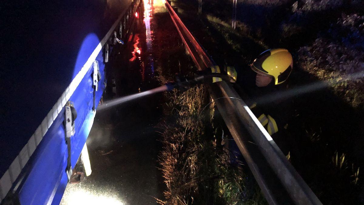 Hasiči likvidují ohlášený požár na dálnici na Břeclavsku