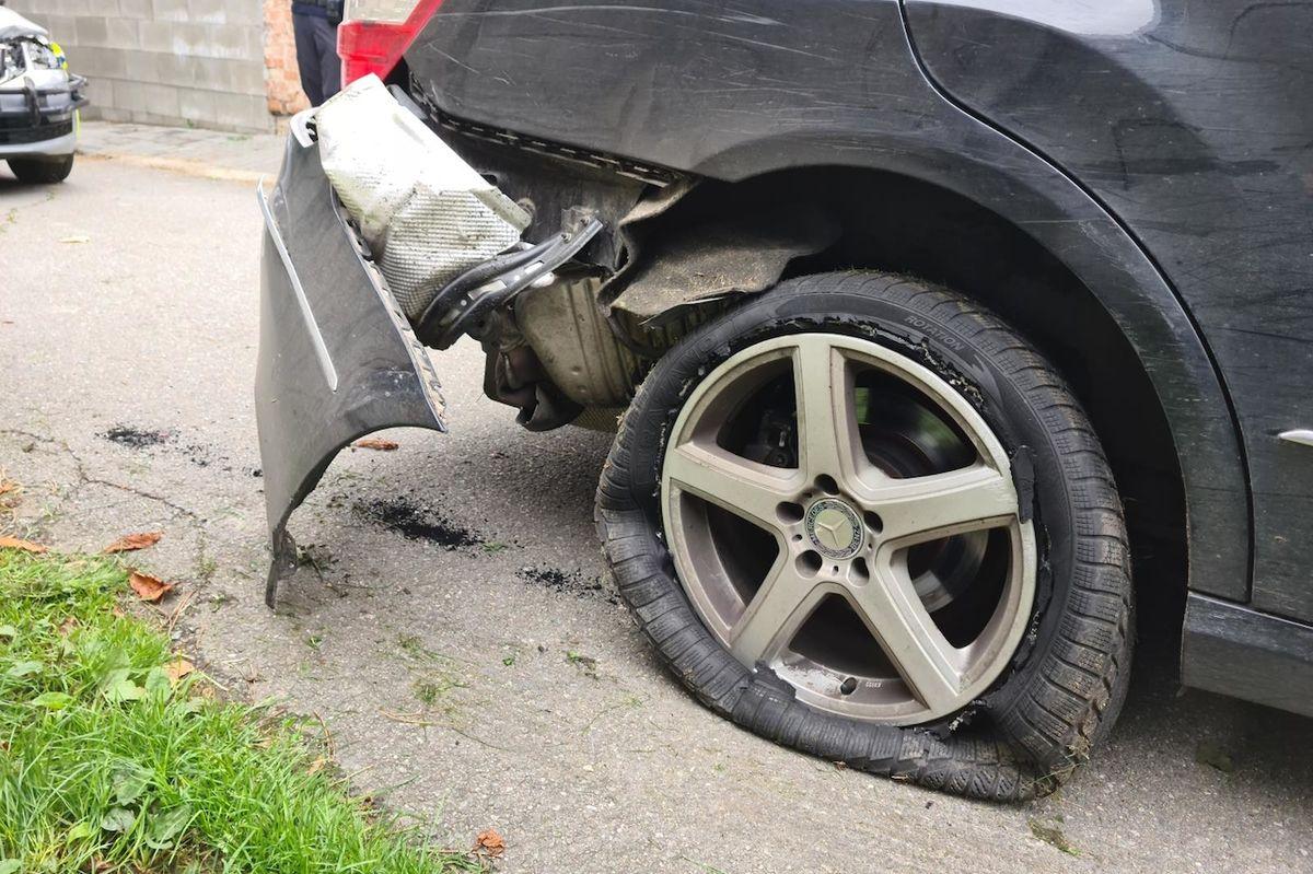 Mercedes byl značně poškozen a musel zastavit.