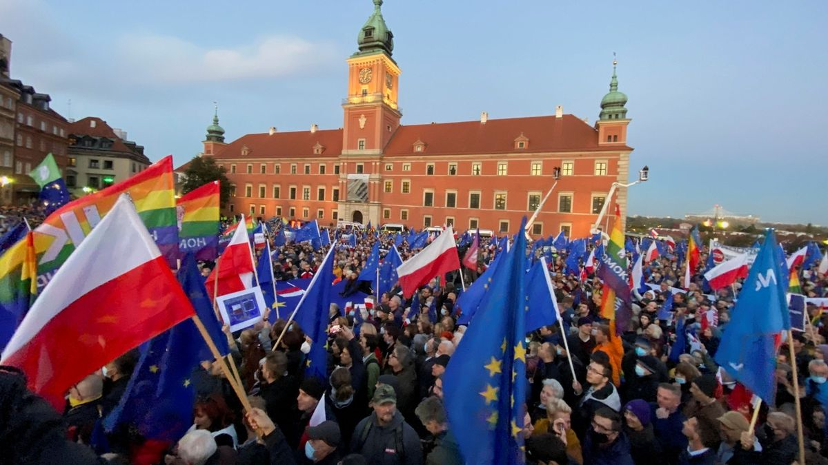 Lidé ve Varšavě demonstrují podporu členství země v EU.