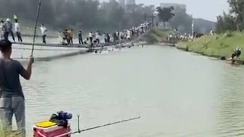 Na visutém mostě se utrhlo zábradlí, část turistů spadla do vody