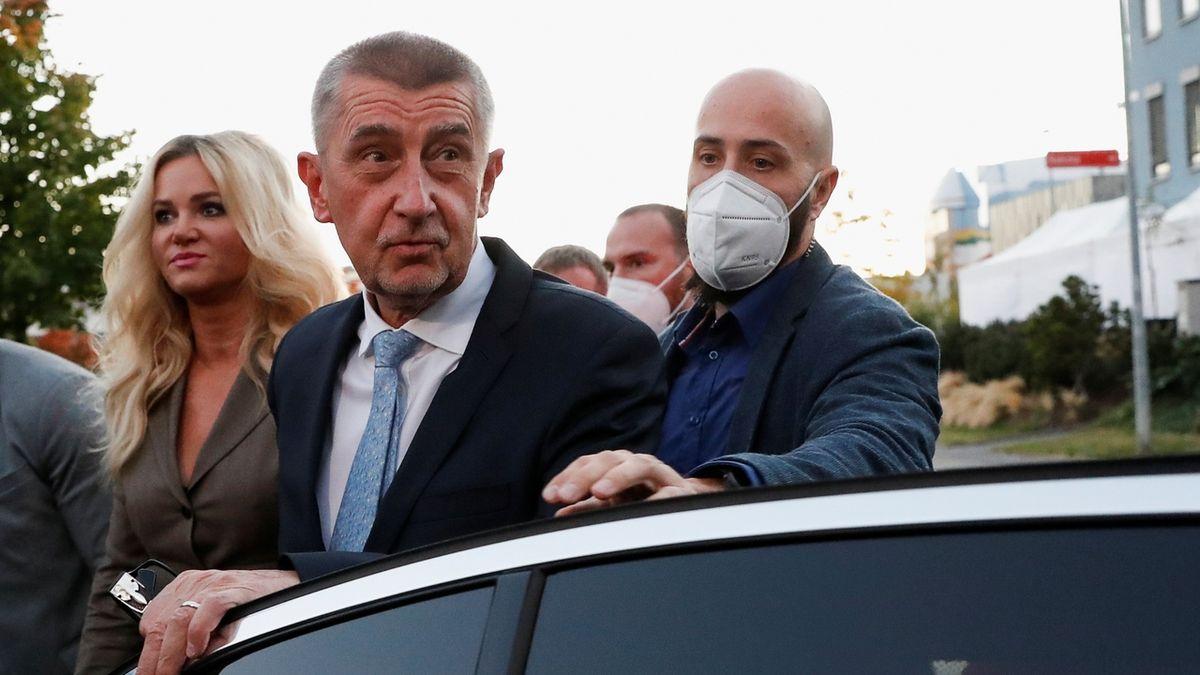 Premiér a předseda hnutí ANO Andrej Babiš po příjezdu do volebního štábu