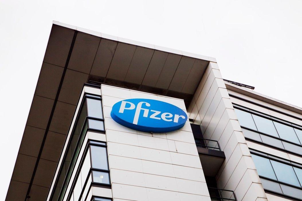 Logo firmy Pfizer na budově jejích laboratoří v Paříži. Ilustrační foto