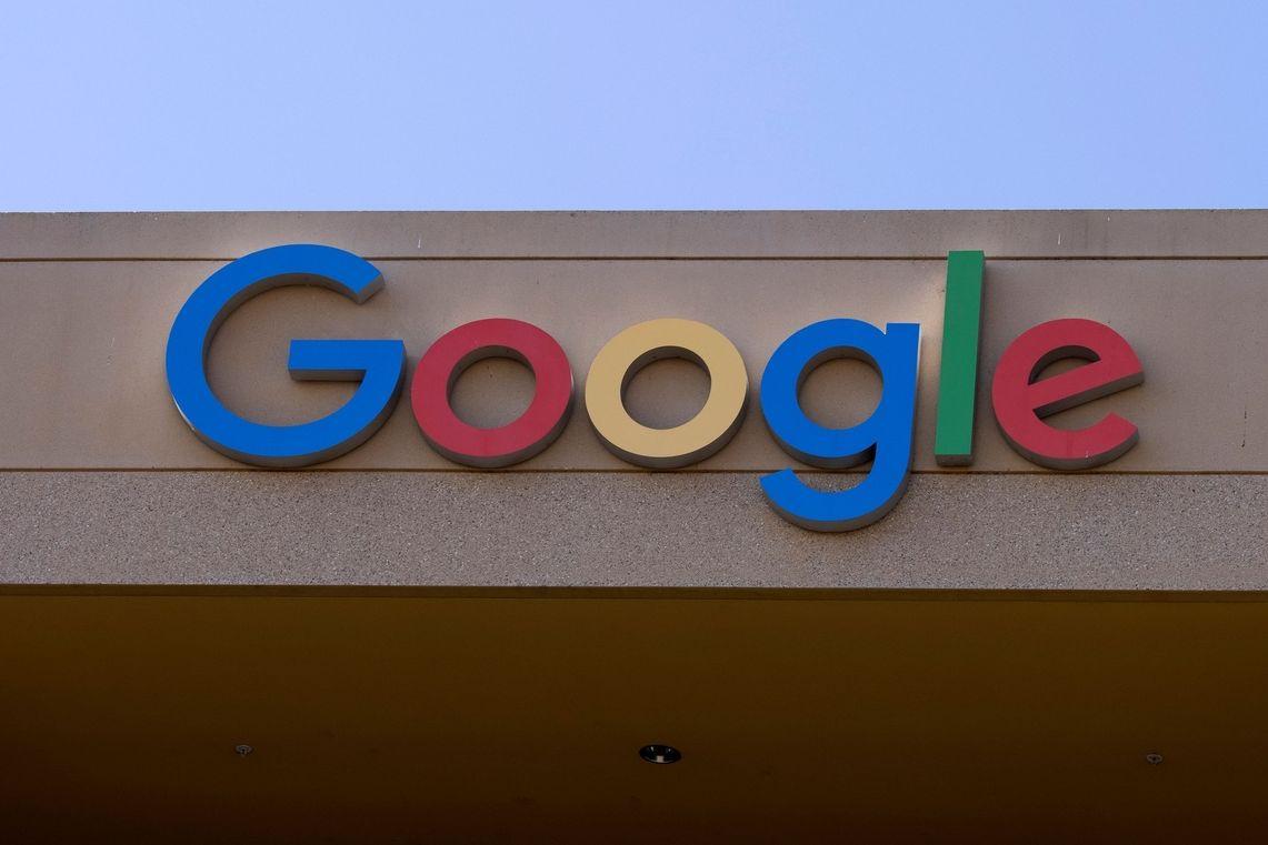 Logo Googlu na jedné z jeho budov v Irvine v Kalifornii