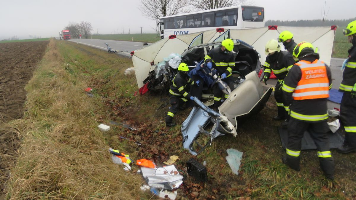 Fabia na Jihlavsku vjela pod autobus, řidička zemřela