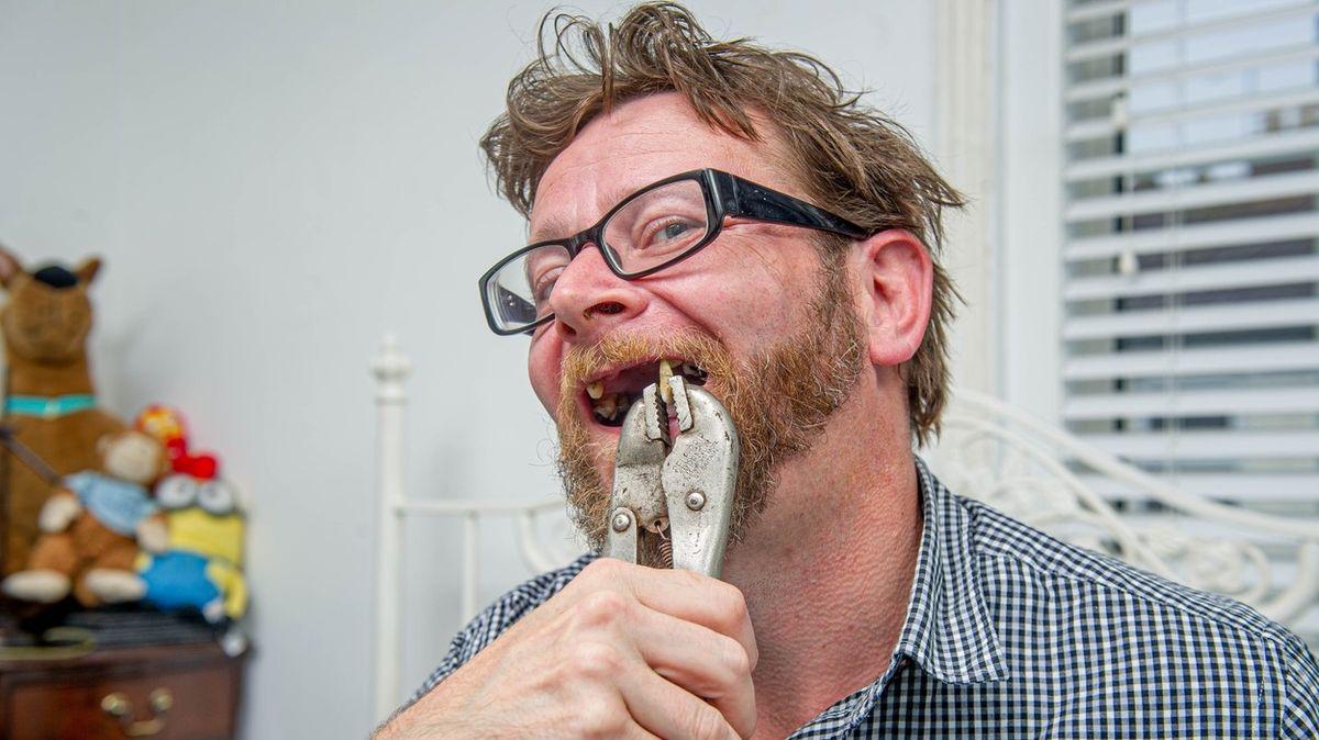 Britové si rvou zuby doma. Pandemie zhoršila dostupnost zubaře