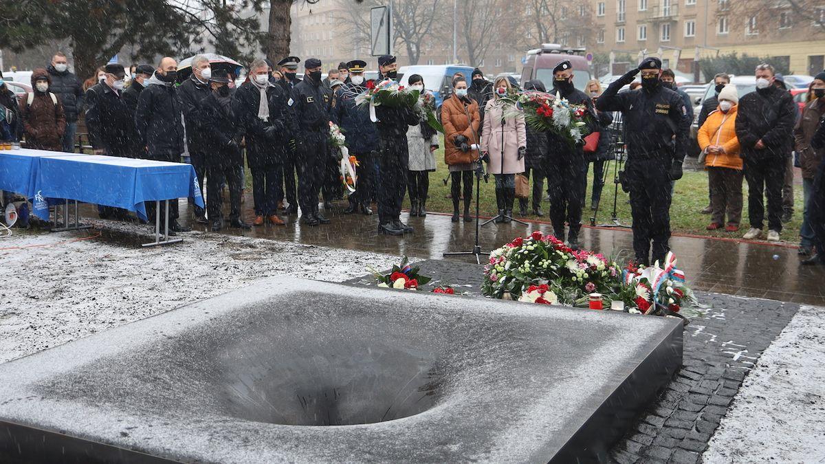 Tragickou střelbu v Ostravě připomíná černá díra