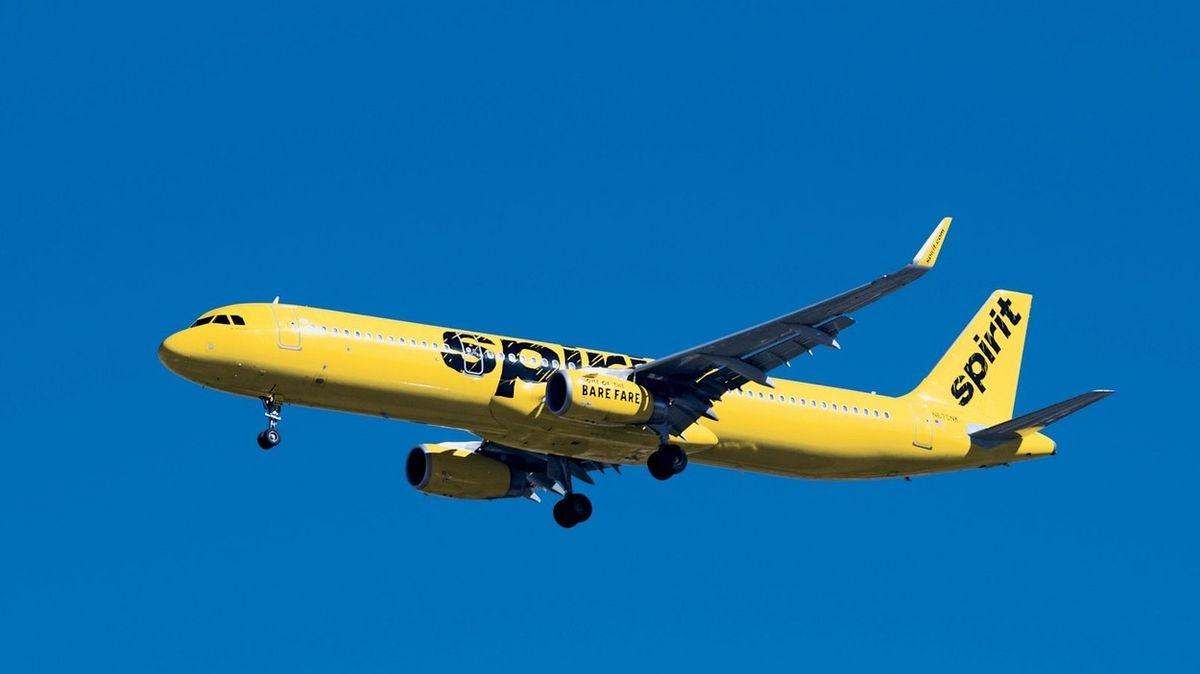 Žena žaluje aerolinky za nepříjemný zápach v letadle. Měl jí způsobit újmu