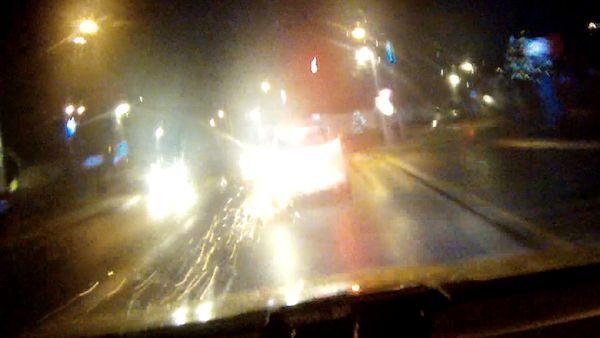 Pronásledované auto u Brna sršelo jiskrami, řidič prorazil pneumatiku