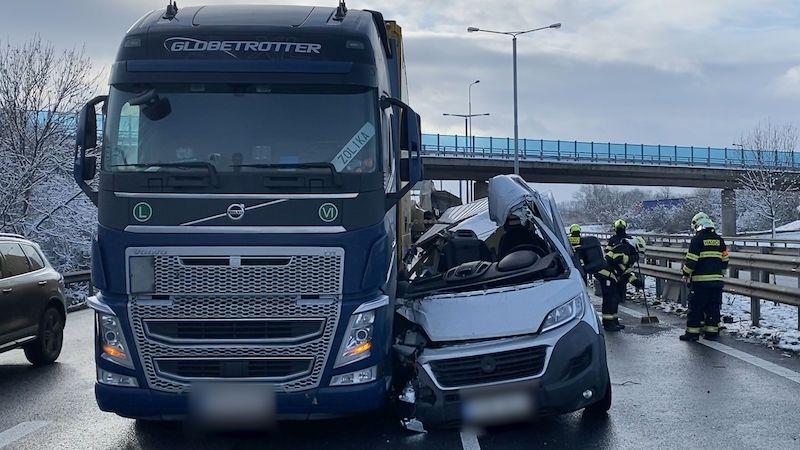 Další nehoda na Pražském okruhu, dodávka se rozpárala o kamion