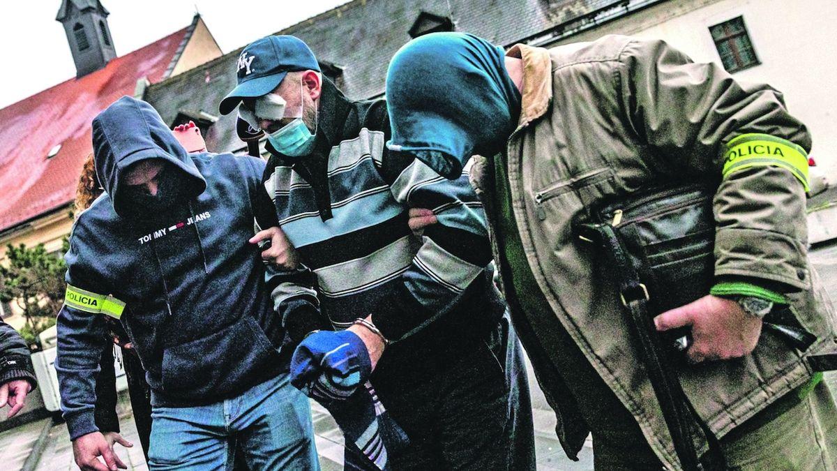 Exministru Ruskovi před policií nepomohl ani šaman, který chtěl obětovat berana a kohouta