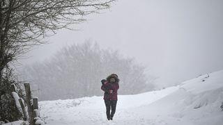 Meteorologové rozšířili výstrahu. Napadne až 15 cm těžkého sněhu a hrozí náledí