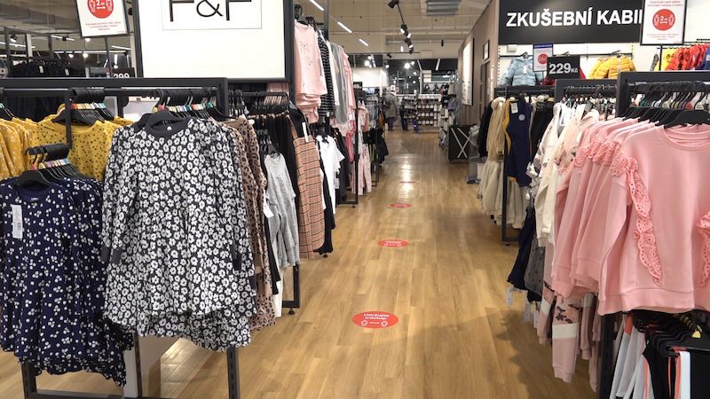 """Otevřely se obchody s dětským oblečením i obuví. S """"dospěláckými"""" velikostmi ale může být problém"""